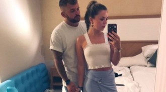 女兒上傳和男友的對鏡拍照…爸爸眼尖驚見「亮點」意外發現女兒暗黑面