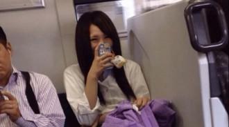 搭電車發現對面的妹子一直對他笑,想拍起來卻被朋友阻止:快下車,假裝沒看到!