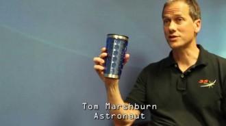 長期在外太空生活,NASA太空人的職業病....在鏡頭前面糗態百出XD