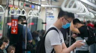 他好奇台北人搭捷運都不碰這一物? 多數人認同:習慣了