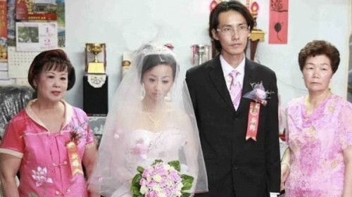 發現了嗎?這場婚禮…怪怪的!