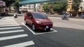 「台灣三寶」最扯行為!車子停「待轉區」還嗆:我去買個菜而已